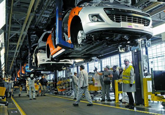 프랑스 파리 근교 푸아시에 있는 푸조 시트로앵의 자동차 공장 조립라인에서 직원들이 일하고 있다. [사진제공=블룸버그]