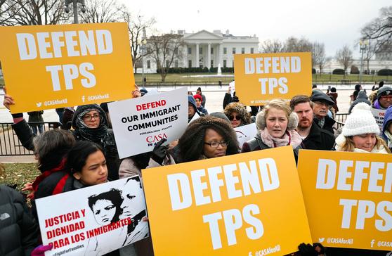 8일 미국 워싱턴DC 백악관 앞에서 트럼프 대통령이 엘살바도르인들의 임시 보호 지위(TPS) 갱신을 중단한 데 항의하는 시위가 열렸다. [AP=연합뉴스]