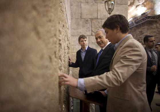 베냐민 네타냐후 이스라엘 총리(왼쪽에서 두번째)가 지난 2013년 1월 이스라엘 예루살렘에 있는 서쪽성벽(일명 통곡의 벽)을 아들 야이르(네타냐후 왼쪽)와 애브너(네타냐후 오른쪽)함께 방문했던 모습. 최근 네타냐후 총리는 아들 야이르의 발언이 언론에 공개되면서 곤욕을 치르고 있다. [AP=연합뉴스]