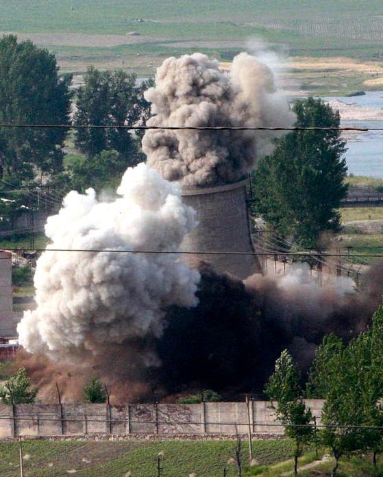 북한은 지난 2008년 영변의 냉각탑을 폭파하며 핵개발을 일시 중단했었다. [AP,신화사]