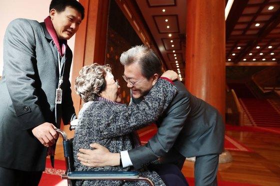 문재인 대통령은 지난 4일 일본군 위안부 피해자들을 청와대로 초청해 오찬을 함께 했다. 문 대통령이 박옥선 할머니와 인사를 나누고 있다. [중앙포토]