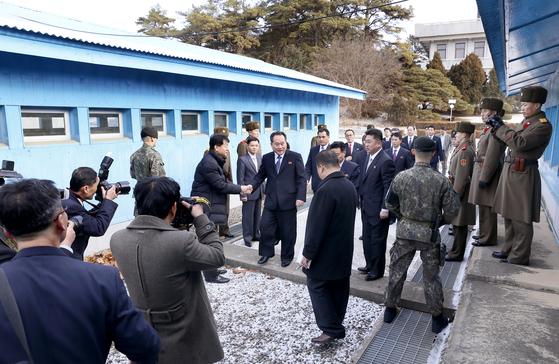 9일 북한 측 수석대표인 이선권 조국평화통일위원회 위원장 등 북측 대표단이 남측 평화의 집에서 열린 남북 고위급 회담에 참석하기 위해 9일 오전 판문점 군사분계선(MDL)을 넘어오고 있다. [사진공동취재단]