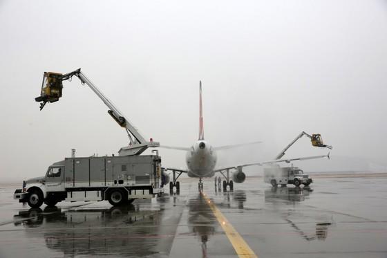 디아이싱 트럭들이 아시아나항공 여객기에 쌓인 눈을 치우고 있다. [사진 아시아나항공]