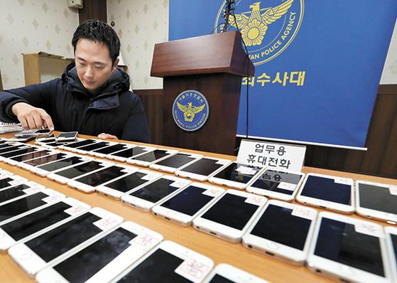 지난해 말 검거된 대만인 보이스피싱 범죄단이 제주도의 '콜 센터'에서 사용한 휴대전화 158개. [뉴시스]