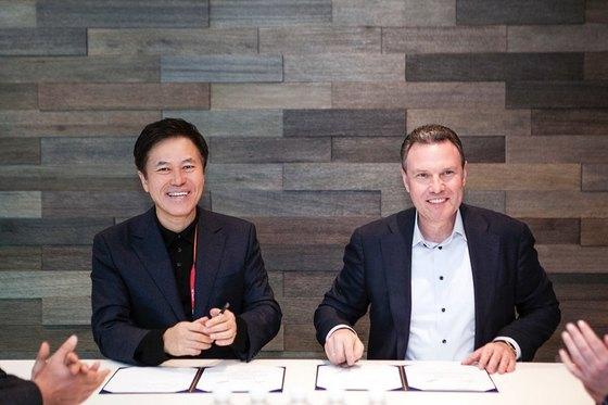 SK텔레콤 박정호 사장(왼쪽)과 '히어' 에자드 오버빅 CEO는 9일(현지시간) 미국 라스베이거스에서 만나 '5G 자율주행 · 스마트시티 사업 전략적 파트너십'을 체결했다. [사진 SK텔레콤]