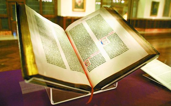 미국 의회도서관에 소장돼 있는 '구텐베르크 성경'. [중앙포토]