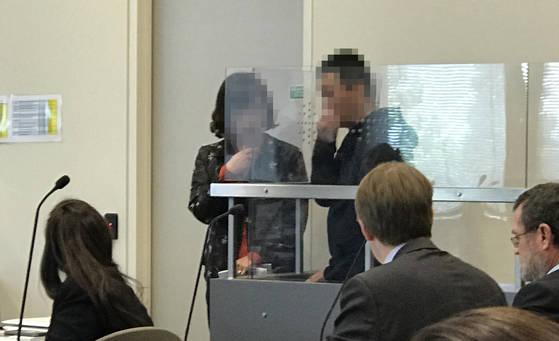 한국에서 일가족 3명을 살해하고 뉴질랜드로 도주한 남자 김 모(오른쪽)씨가 과거에 있었던 절도 혐의로 뉴질랜드에서 체포돼 30일 오전 노스쇼어지방법원에 출두해 있다. [연합뉴스]