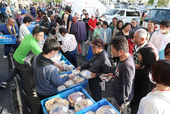 2016년 구마모토 지진 당시 대피한 주민들이 음식을 배급 받고 있다. [지지통신]