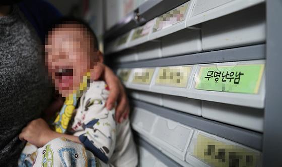 이름 없이 '난우남(난우파출소에서 발견된 남자 아이)'으로 불리는 세 살짜리 아기. [우상조 기자]