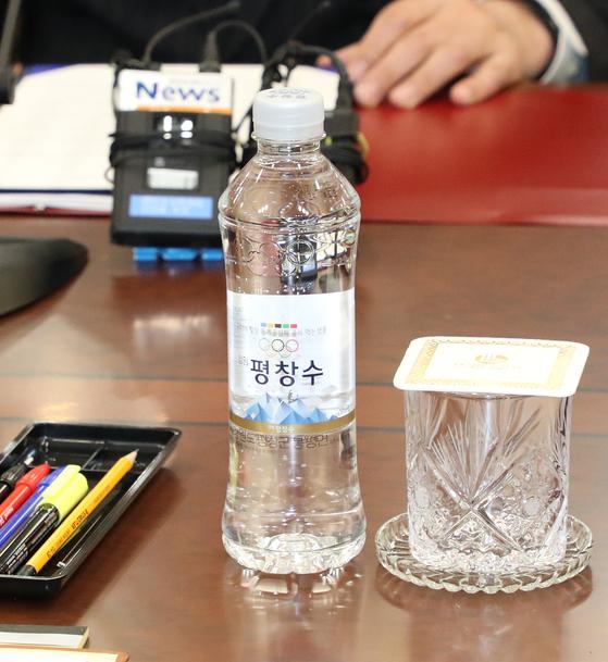 지난 9일 남북 고위급회담이 판문점 남측 평화의 집에서 열렸다. 회담장에 준비된 물은 평창 올림픽 공식 먹는 샘물인 (강원)평창수였다. 사진공동취재단