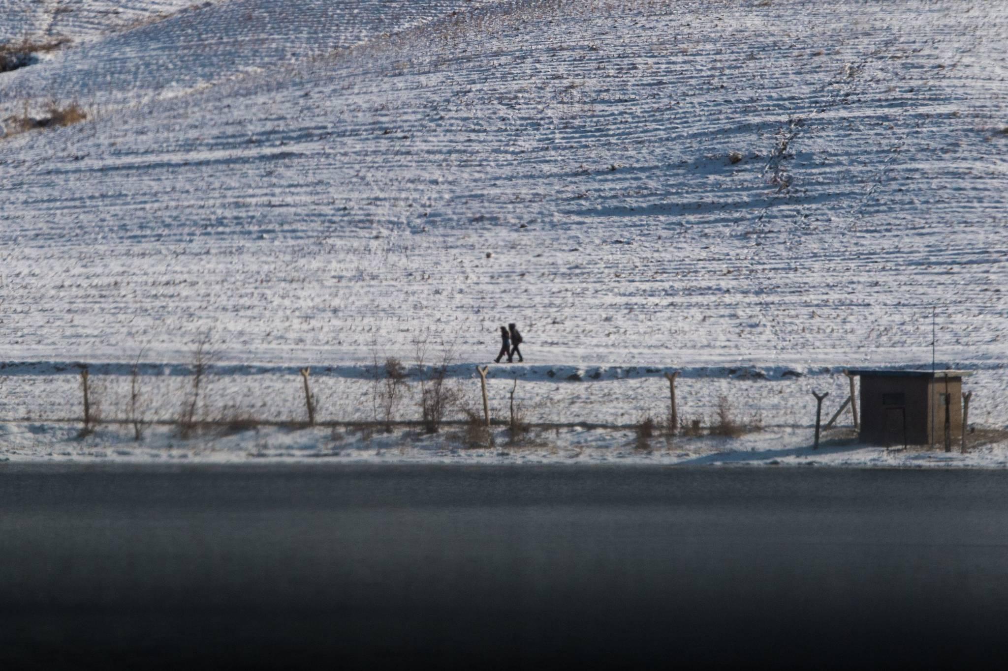 10일 북한 평안도 삭주군에서 주민이 눈 덮인 길을 걸어가고 있다. [AFP= 연합뉴스 ]