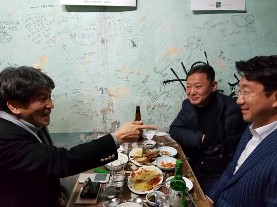 혜광고 28기인 변종준, 김상준 씨와 37기인 김승주 씨(사진 왼쪽부터)가 지난 4일 만나 박종철 열사와의 추억을 이야기하고 있다. 이은지 기자