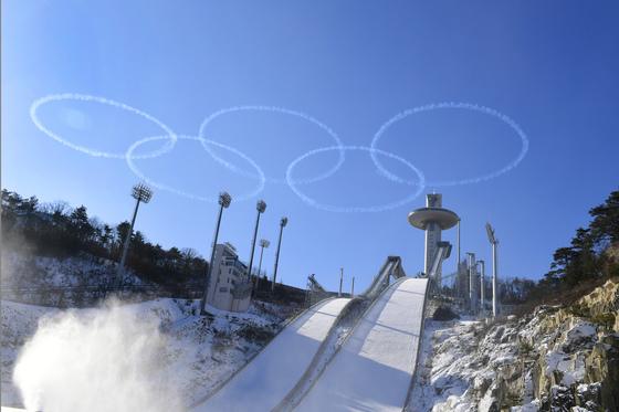 공군 특수비행팀 블랙이글스 편대가 평창 알펜시아 스키점프 경기장 상공에 올림픽을 상징하는 오륜마크를 그려 성공적인 평창 동계올림픽 개최를 기원하고 있다. [사진 공군]