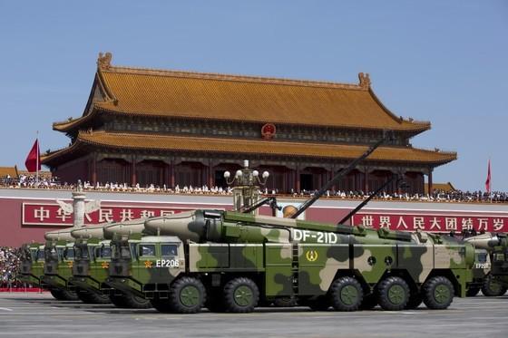 2015년 9월 3일 중국 70주년 전승절 열병식에서 각종 첨단 군사 장비가 공개됐다. '항모 킬러'로 알려진 대함탄도미사일인 둥펑(DF)-21D를 실은 차량 행렬이 천안문 앞을 지나가고 있다. [중앙포토]