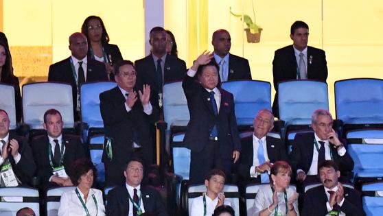 이 장면, 평창에서도 볼 수 있을까. 지난 2016년 브라질 리우올림픽 개막식장에서 북한 선수단이 입장하자 일어나 손을 흔들며 환영하는 최용해 북한 노동당 부위원장. [중앙포토]