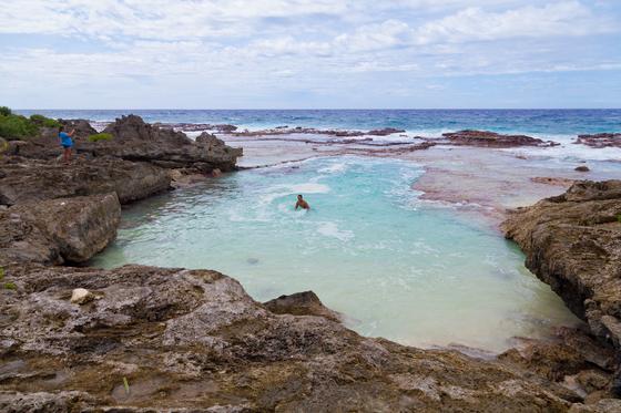 미국령 북마리아나제도에는 사이판 말고도 근사한 섬 티니안과 로타가 있다. 두 섬은 관광 인프라는 열악하지만 때묻지 않은 자연을 품고 있다. 로타 북부의 천연수영장 '스위밍홀'에서 물놀이를 즐기는 현지인의 모습.
