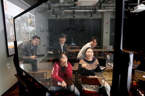 서울 성수동 에누마의 회의실에서 자유롭게 토론하고 있는 미네르바 스쿨의 학생들. 우상조 기자