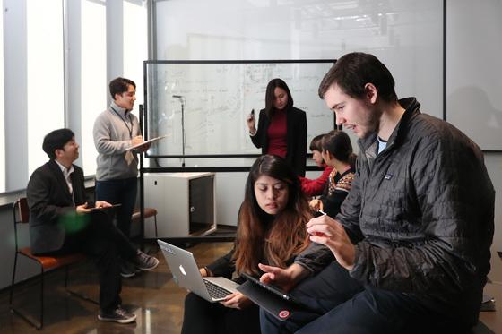 지난달 1일 오전 서울 성수동에 위치한 스타트업 '에누마' 회의실에서 엔지니어들과 토론하고 있다. 우상조 기자