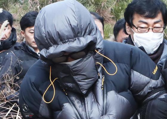 고준희양의 친부가 현장검증을 마치고 산을 내려오고 있다. [연합뉴스]
