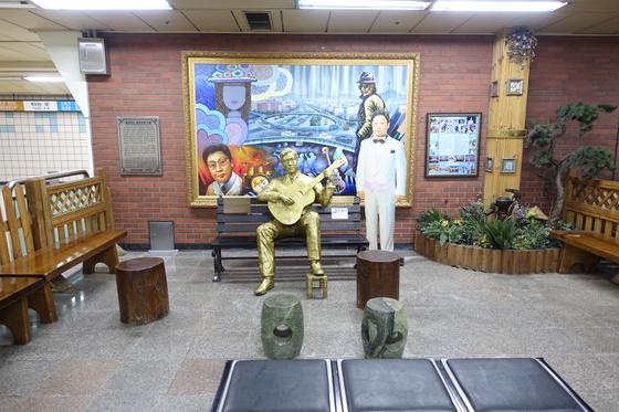 지하철 삼각지역 1, 2번 출입구 쪽 개찰구를 들어가면 '배호 만남의 광장'이 있다. 팬클럽에서 만들었다.