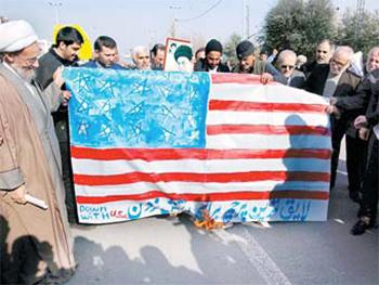 미국 로스앤젤레스의 이란인 망명자들이 지난 7일 혁명 이전 이란 국기를 들고 반정부 시위 지지집회를 열고 있다. [EPA=연합뉴스]