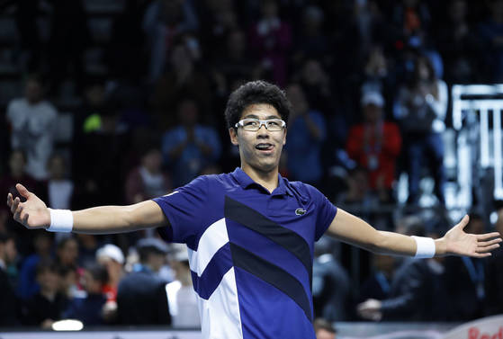 Hyeon Chung, of South Korea, celebrates after winning the ATP Next Gen tennis finals in Milan, Italy, Saturday, Nov. 11, 2017. (AP Photo/Antonio Calanni) <저작권자(c) 연합뉴스, 무단 전재-재배포 금지>