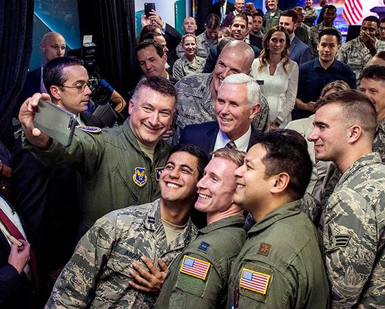 """마이크 펜스 미국 부통령이 11일(현지시간) 라스베이거스 네바다대학에서 열린 한 행사에서 미군 장병들과 기념사진을 찍고 있다. 백악관은 '펜스 부통령 부부가 '대통령 대표단'을 이끌고 다음달 평창 올림픽에 참석할 것""""이라고 10일 밝혔다. [라스베이거스 AP=연합뉴스]"""