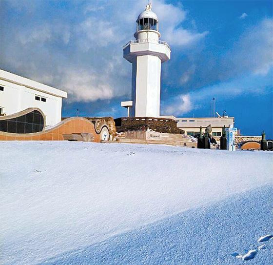 12일 오전 제주도에서 남쪽으로 약 11㎞ 떨어진 국토 최남단 마라도에도 눈이 쌓여 있다. [연합뉴스]