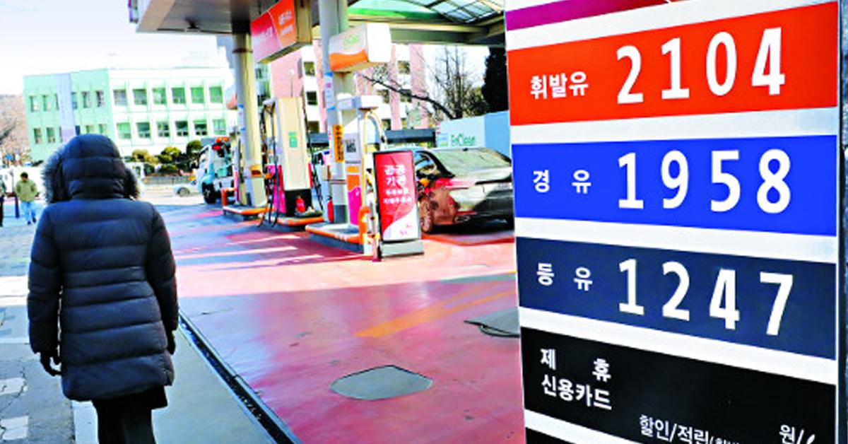 국제유가 상승으로 국내 기름값이 덩달아 오르고 있다. 서울 종로구의 한 주유소가 12일 휘발유를 ℓ당 2104원에 판매하고 있다. [뉴시스]