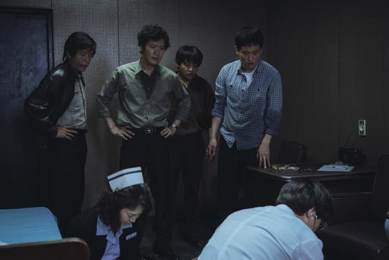 서울대학교 학생 박종철이 남영동 대공분실에서 고문을 받던 중 심정지가 오자 경찰이 의사를 불러 상태를 확인하고 있다. [사진 CJ E&M]