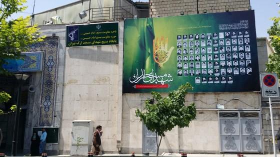 이란 곳곳에서 볼 수있는 순교자 사진 현수막. 이슬람 혁며과 이란-이라크전에서 목숨을 잃은 사람들을 해당 지역이나 모스크에서 추모하고 기리며 영웅시하는 현수막이다.