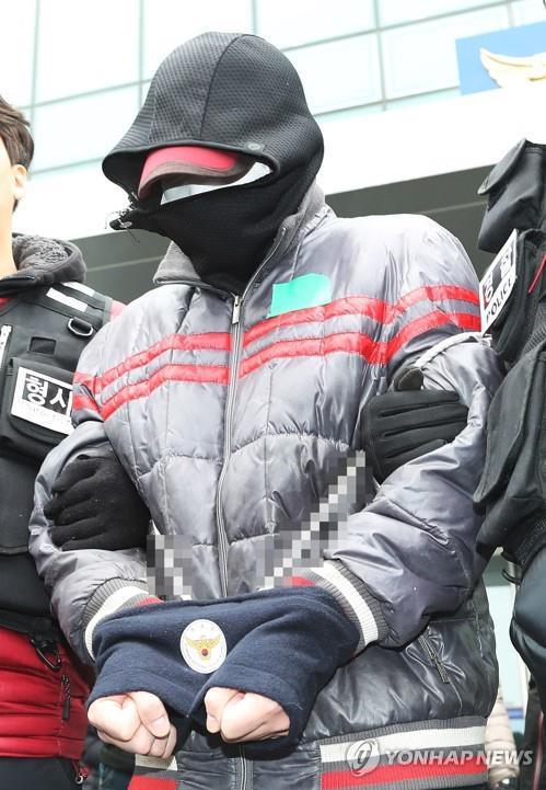 재가한 어머니의 일가족을 살해하고 뉴질랜드로 도피했다 국내로 송환된 피의자 김모 씨가 구속영장 실질심사를 받기 위해 13일 오후 경기도 용인시 용인동부경찰서에서 나오고 있다. 경찰은 전날 김씨에 대해 강도살인 등 혐의로 구속영장을 신청했다.