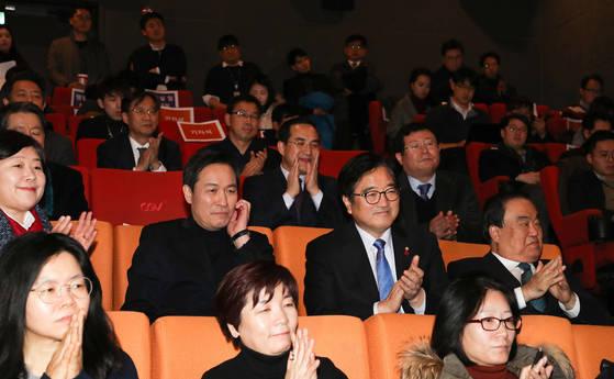 더불어민주당 우상호 의원(둘째줄 왼쪽에서 두 번째)이 당 원내대표단과 함께 영화 '1987'을 보고 있다. [연합뉴스]