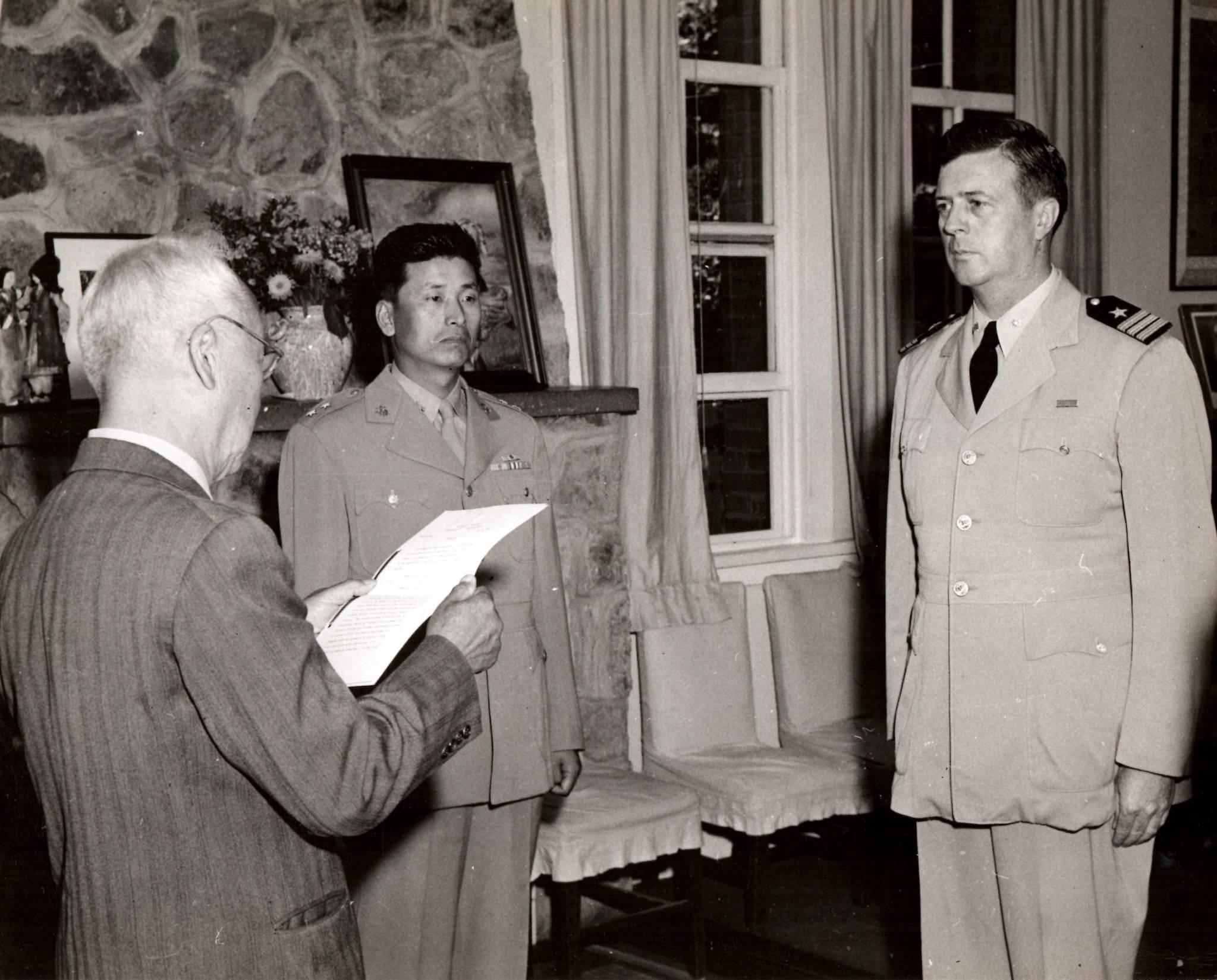 마이클 루시 대령이 이승만 대통령에게 태극무공훈장을 받고 있는 모습. 이때 그는 중령이었으며 51년 9월 대령으로 진급했다. [사진 해군]