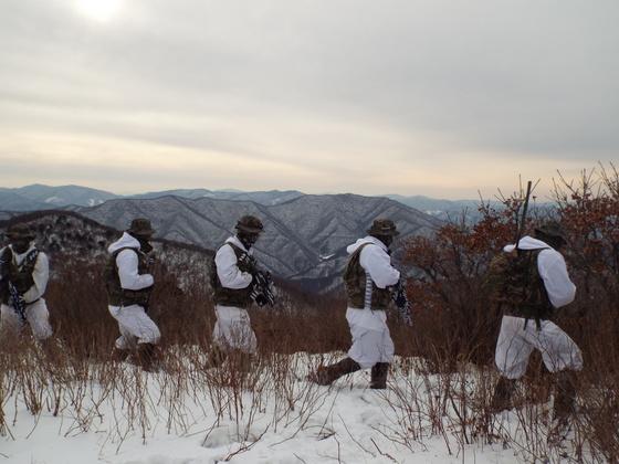 한ㆍ미 해병대 연합 겨울 설한지 훈련에 참가한 해병 수색부대원들이 행군을 하고 있다. [사진 해병대]