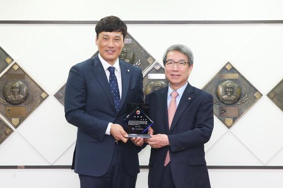 KBO 홍보대사 이승엽(왼쪽)과 정운찬 KBO 총재. [사진 KBO]