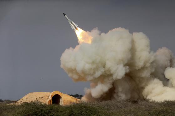 이란군이 훈령 중 탄도미사일을 발사하고 있다. 이란은 중동의 미사일 강국이다.[AP=연합뉴스]