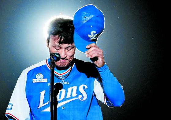 지난해 10월 3일 대구 라이온즈파크에서 열린 은퇴식에서 팬들에게 인사하는 이승엽. [대구=연합뉴스]