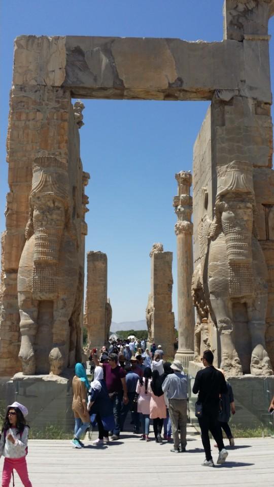 이란의 과거 영광을 상징하는 페르세폴리스. 아케메네스 제국의 종교 및 의전 수도였다. 이슬람혁명 후의 이란도 이 같은 패권국가가 되는 꿈을 꾸고 있다. 시리아 내전, 예멘 내전 등에 개입하며 숙적 사우디에 끝없이 맞서고 있다. 여기에는 매년 수십억~수백억 달러의 돈이 들어간다.