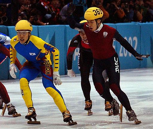 지난 2002년 미국 솔트레이크시티 올림픽 쇼트트랙 경기에서 한국 김동성 선수의 금메달을 뺏아간 안톤 오노 선수(오른쪽)의 헐리우드 액션 장면. [중앙포토]