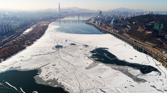 얼어붙은 한강 … 한파 오늘 차츰 풀려