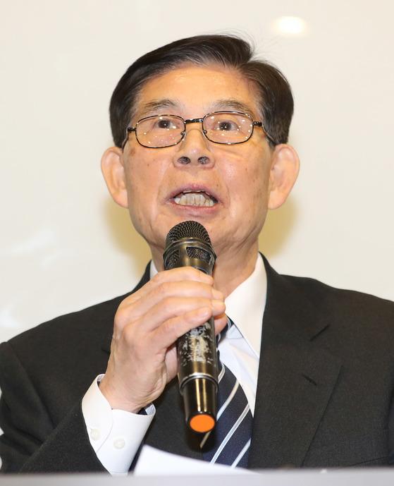 14일 오후 기자회견에서 입장 발표를 하고 있는 정호영 전 'BBK 의혹사건' 특검. [연합뉴스]