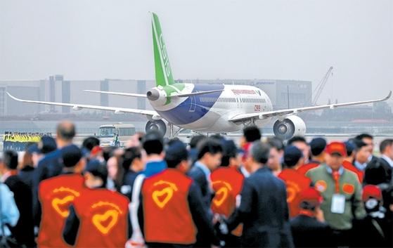 지난해 5월 5일 중국 상하이 푸둥국제공항에서 중국의 첫 자국산 중대형 상용여객기 C919가 시험 비행을 위해 활주로 이륙을 준비하고 있다.