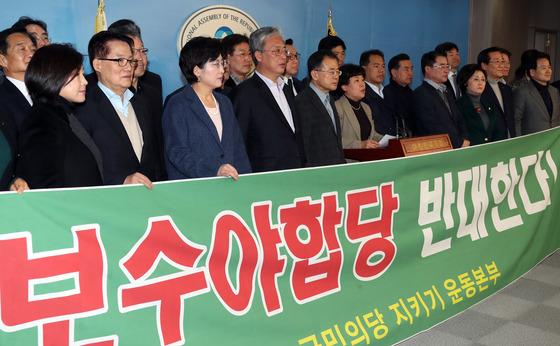 바른정당과 통합에 반대하는 '국민의당 지키기 운동본부' 소속 의원들이 14일 국회에서 기자회견을 하고 독자 신당을 추진하겠다고 밝히고 있다. 강정현 기자