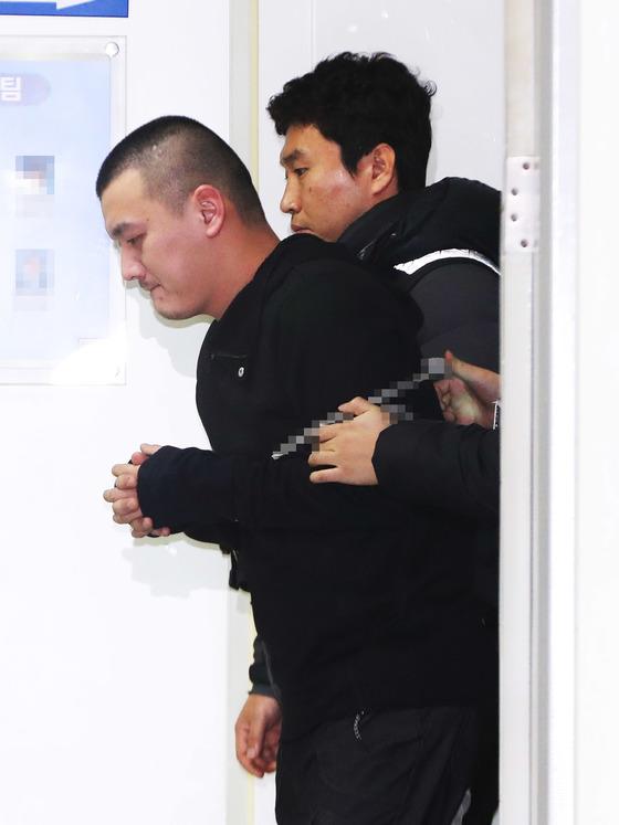 14일 얼굴이 언론에 공개된 '용인 일가족 살해범' 김성관이 오전 조사를 마친 뒤 유치장으로 들어가고 있다. [연합뉴스]