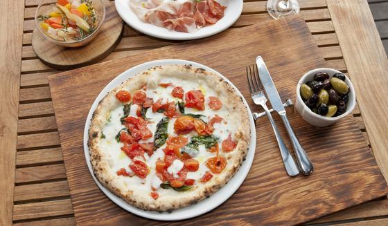 나폴리 피자협회에서 '진짜 나폴리 피자'로 인증을 받은 DOC 피자. 단순하지만 쫄깃하면서 신선하고 담백한 맛이 일품이다. [중앙포토]
