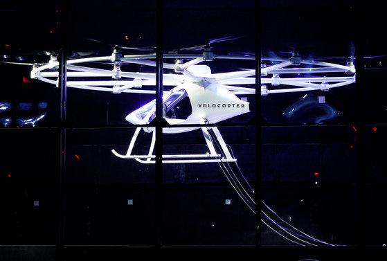 인텔 행사에서 공개된 드론 택시. [로이터=연합뉴스]A two-seater Volocopter drone flies on stage at the Intel Keynote address at CES in Las Vegas, Nevada, U.S. January 8, 2018. REUTERS/Rick Wilking