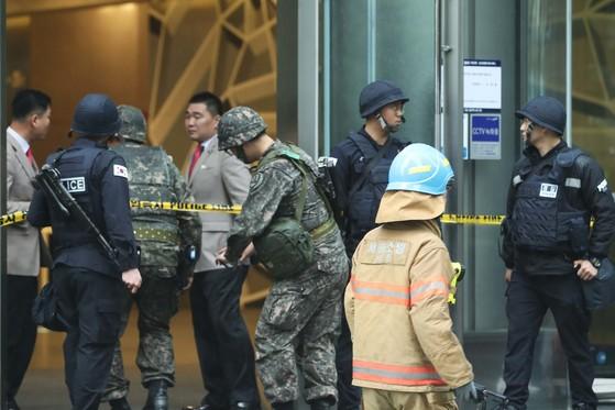 14일 오후 서울 서초구 삼성생명 사옥에 폭발물 의심신고가 접수되어 건물이 통제되고 있다. 장진영 기자 / 20170414
