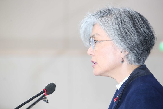 강경화 외교부 장관이 9일 서울 도렴동 외교부 청사에서 한일 위안부협상 결과 발표를 하고 있다. [중앙포토]