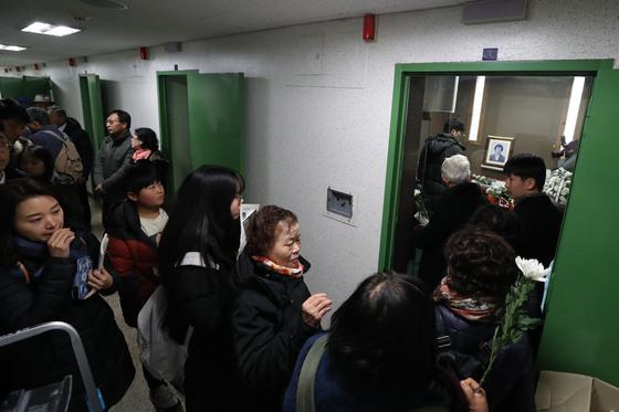 고 박종철 열사의 31주기인 14일 서울 용산구 남영동 옛 대공분실에 추모객들의 발길이 이어지고 있다. 김상선 기자